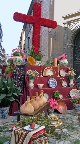 """Las Cruces de Mayo son una arraigada tradición en Granada / """"Cruces de Mayo"""" (Crosses of May) are a strong tradition in Granada"""