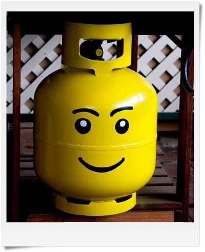 Um botijão sorridente de LEGO: Aqui devemos fazer a seguinte notação: se você costuma recarregar sempre o mesmo botijão, então mãos à obra. Do contrário, se uma recarga mensal é feita, não parece valer a pena (e as distribuidoras de gás também não o permitem) pintar uma carinha no barril de ferro.