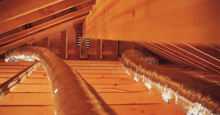 Um ventilador no sótão é recomendado ou não?. Se a sua casa tem um sótão, você precisa mantê-lo ventilado. Sem ventilação, um sótão pode se tornar excessivamente quente no verão, e pode absorver umidade, promovendo mofo e apodrecendo o enquadramento. Respiradouros de sótão fornecem alguma circulação por causa da corrente de ar natural, criada pelo ar ascendente das aberturas intradorso para ...