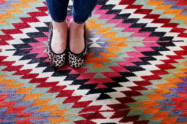 Lorsque l'on cherche à apporter une touche éclectique à sa déco on se demande souvent: Où trouver un tapis kilim ?Toutes mes bonnes adresses sont ici.
