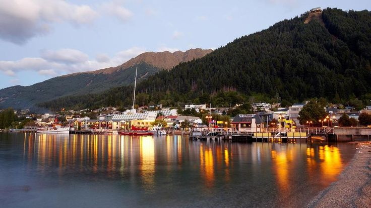 Entardecer na Baía de Queenstown, na região de Queenstown, ilha do Sul, Nova Zelândia.  Fotografia: Destination Queenstown.