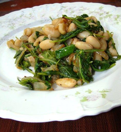 Салат из карамелизованного лука, шпината и бобов Sabanekh Bi Loubia