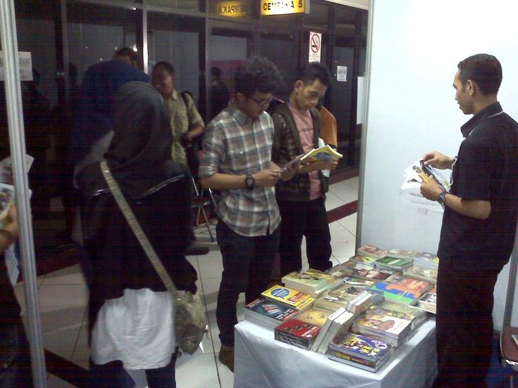 Pengunjung di STAND BUKUKITA.COM #PestaBukuMurah 5 - 13 Januari 2013