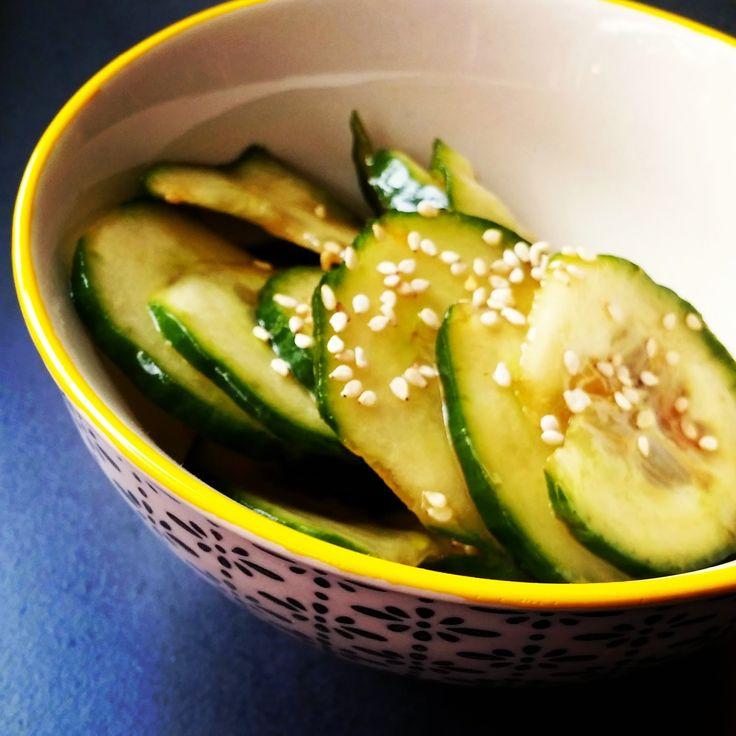 Perfekt zum Sushi - asiatischer Gurkensalat mit Sesam