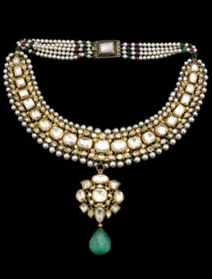 Mughal necklace set with diamonds, rubies and emerald pendant