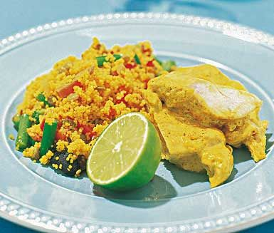 Karibisk kokos- och currykyckling - en intensiv och smakrik måltid. Med kokosmjölk, kryddig kajennpeppar, curry och limejuice får du en vinnande och utsökt smakrik måltid. Till denna currykyckling smakar stekt, mumsigt ris gudomligt.