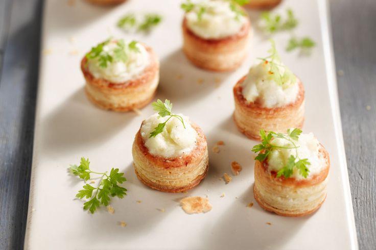 Een leuke en originele vulling voor bladerdeeghapjes: met kabeljauw, kaas en room. Een verrassend begin voor elke feestmaaltijd!