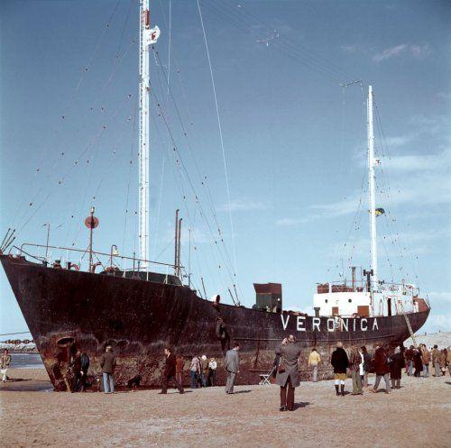Radio Veronica. Het schip van piratenzender radio Veronica is losgeslagen en vastgelopen op het strand van Scheveningen. Het gestrande schip, de voormalige 'Norderney', heeft veel bekijks. April 1973.