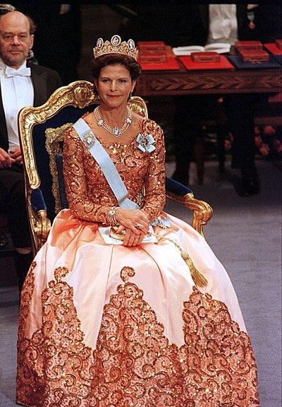 Drottning Silvia Nobel 1998. Klänning designad av Jacques Zehnder.