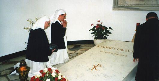 Soeur Marie Simon Pierre sur la tombe du Pape Jean Paul II. Elle fut miraculée le 2 juin 2005.
