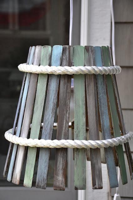 Beplak een oude frame van een lamp met geschilderde verfstokjes.
