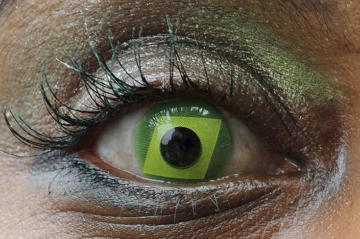 O femeie poartă lentile de contact în culorile steagului Braziliei, pe 30 iunie 2013, în Rio de Janeiro, Brazilia. (  Tasso Marcelo / AFP  ) - See more at: http://zoom.mediafax.ro/sport/regele-fotbal-12745695#sthash.Inxwqwwg.dpuf