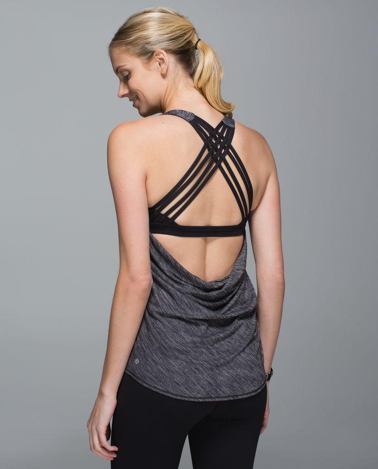Nous avons conçue cette camisole avec un dos ouvert tombant pour vous tenir au frais pendant le cours et pour montrer les belles bretelles de votre soutien-gorge en dessous. Faite à partir d'un tissu qui évacue la sueur et dotée de grandes ouvertures pour les bras, elle nous permet de bouger à notre gré pendant le cours de Hatha, de Vinyasa ou de yoga chaud.