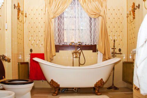 How to Refurbish a Clawfoot Bathtub