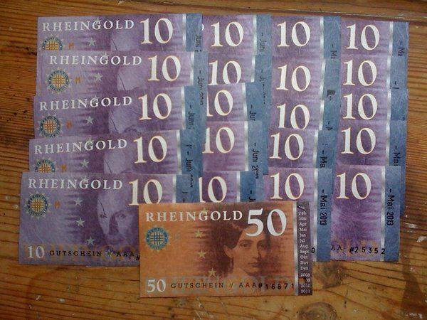 """Dieses Regiogeld kommt aus Düsseldorf: Das """"Rheingold"""" trägt den Namen einer Wagner-Oper, ist von Künstlern gestaltet worden und darüber hinaus knitter- und reißfest. In Düsseldorfer Geschäften, die die ergänzende Währung akzeptieren, können sich Kunden einfach das Wechselgeld in Rheingold anstatt in Euro ausbezahlen lassen - schon sind sie im Besitz der farbenprächtigen Scheine."""
