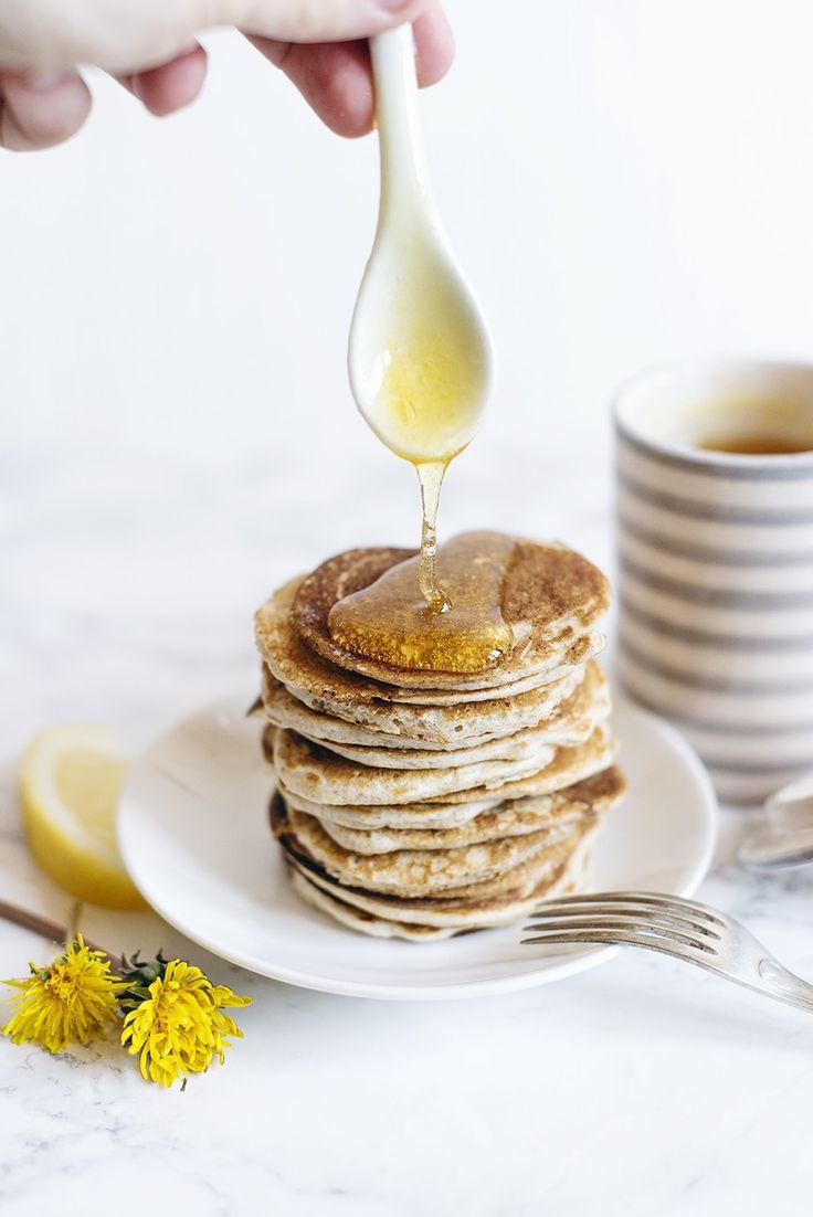 [ Maskrossirap ] Söt med mild, blommig ton – till pannkakor, glass, i fil med färska jordgubbar | 5 dl (ca 100 st) maskrosblommor / 2 valfria citrusfrukter / 5 dl vatten / 5 dl socker | Skölj blommor väl, ryck alla små blomblad (släng allt grönt), lägg i kastrull. Hyvla citrusskalen, skär innanmätet i bitar. Tillsätt citrusen + vattnet, koka upp 20 min. Sila, tillsätt sockret. Koka på svag värme t sirapskonsistens. Gör prov. Förvara i kyl.