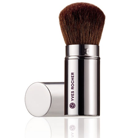A retractable powder brush with natural hairs for applying pressed, loose or bronzing powders to highlight radiance or smooth and mattify your complexion. Its flared shape lets you unify your complexion in a very natural way.     The brush bristles are natural goat hair, taken at shearing.  Natural hair bristles improve the distribution of powder and promote an adjustable, uniform application.
