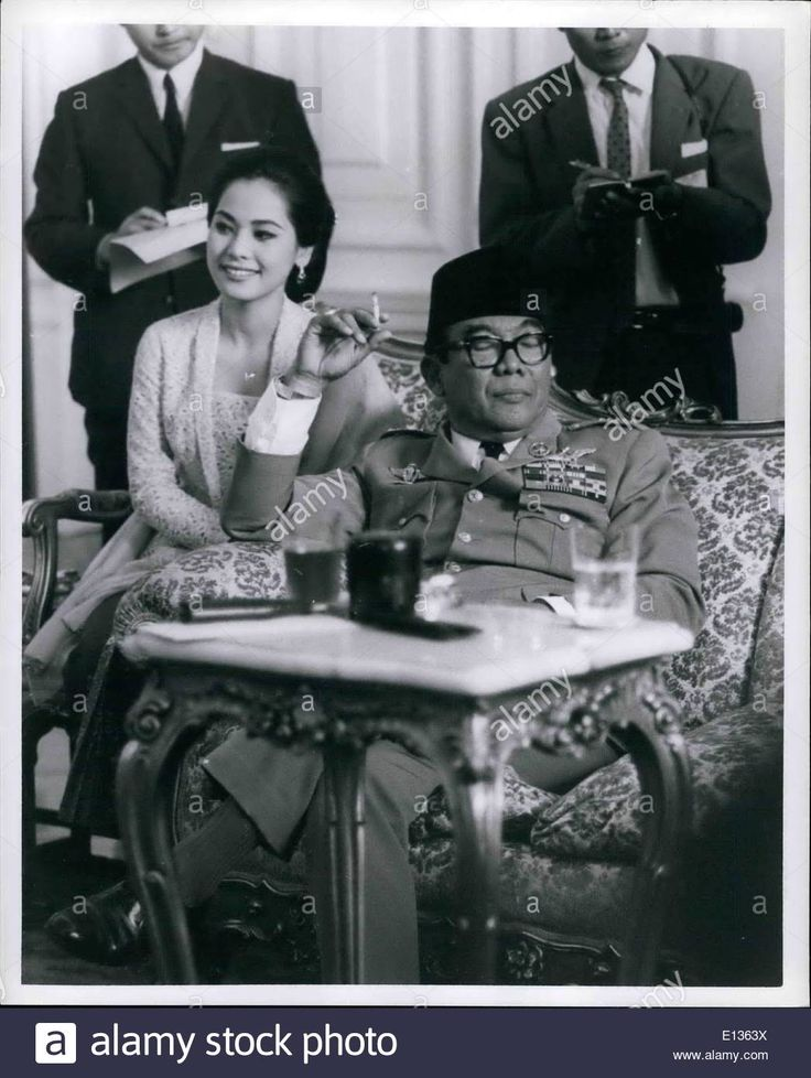 Download this stock image: Feb. 28, 2012 - President SUKARNO of Indonesia with his last wife DEVI at a press conference at Merdeka Palace in Jakarta. (Cred - E1363X from Alamy's library of millions of high resolution stock photos, illustrations and vectors.