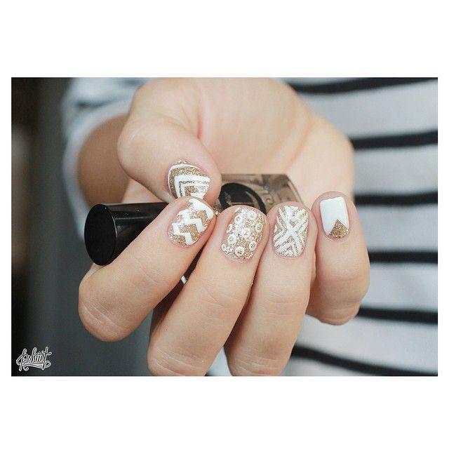 Mes ongles d'hier m'ont filé une furieuse envie de paillettes ! Mix and match or et blanc, combo qui marche à tous les coups et qui adoucit l'aspect bling bling ^^ #icavalley #cirque #essie #blanc
