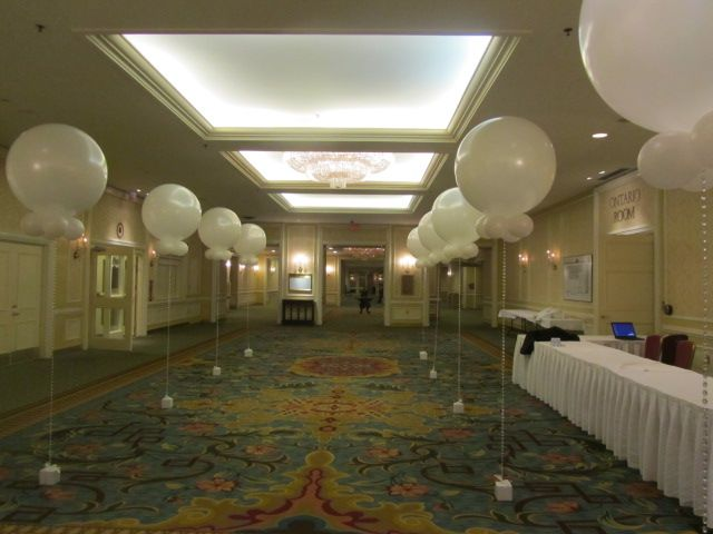 Leading the way to a lovely evening #balloons #oversized #corporateevents #companyparty #eventstoronto #ballooncorporateevents #summerparty #holidayparty #eras #decades #themedevents