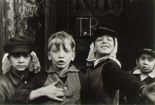 HELEN LEVITT. New York, c. 1940