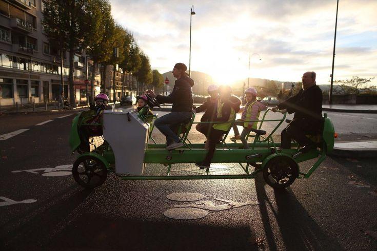 Rouen, lo scuolabus che non inquina: pedalano i bambini
