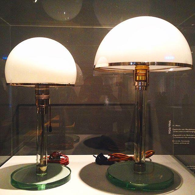 Till höger står den allra första prototypen av Wagenfeldtlampan som senare kom att få utseendet till vänster som den har än idag. Läs mer i bloggen om vårt besök på Bauhaus Archiv i Berlin när vi drömmer oss bort från gråkall februaridag. #bauhausarchiv #wagenfeldt #wagenfeldtlamp