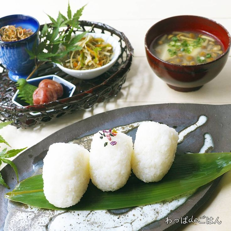 ・ おはようございます☁ Ryoです。  昨日の焼きそばみたいな(笑)えのきふりかけに沢山コメントありがとうございました。  いつも通り、本日はコメント欄開放しておきますので引き続き御質問等ございましたらお気軽に✏してください。 ・ ・ お天気イマイチなお休みになりましたが、今日の #朝ごはん ・ ・  @rakunou88 #楽農市場 様より頂いた福井県産の新米ハナエチゼンで塩むすび。 ・ 炊きたてのご飯のおむすび。 手がもげるかと思いました😱💦 ・ 私にしては珍しくギュッと🍙握っています。 このお米粒がしっかりしてるので少々ではびくともしないんです。 ・ ・ *塩むすび *ピーマン入り金平ごぼう *3種の芳醇ふりかけ *梅干 *なめこと豆腐の味噌汁 ・ ・ 常備菜とおむすび。 美味しいお米はおかず要らないからって手抜き感が何とも……。 ・ ・ そんな訳で味噌汁の出汁は丁寧に取りました。 うちは、煮干で出汁とってます。 ・ コウタさんが手作りした鰹節もあるんやけど……。 ・ 味噌汁には煮干派なんです。 ごめんなさい(笑) ・ ってか、削っといてくれへんかな😅 ・…