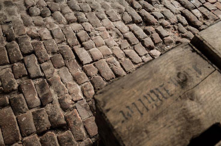 historisch, backsteinboden, backstein, steinboden, holzkisten, treckerschuppen, schuppen. www.welle8.com #historischerbacksteinboden #Backsteinboden