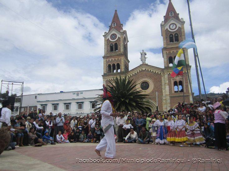 Ramiriquí disfrutando del XIV Festival del Sorbo y la Arepa. Además la visita de Antonio Navarro, los bailes indigenas de la delegación de Ecuador, música llanera y la comunidad junto a los turistas disfrutando del homenaje al maíz.