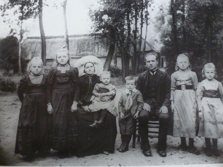 Gerwen 1913 Familie Jan Maasakkers-Relou. Woonden op 't Rulle te Gerwen. De oudere meisjes in donkere kostuums met langere rokken en de kleinere  in lichte kostuums en nog kortere rokken. Een meisje draagt een siergesp. Vrouw met poffer is Claziena Relou Geb: 01-01-1868-Overleden 10-02-1952.