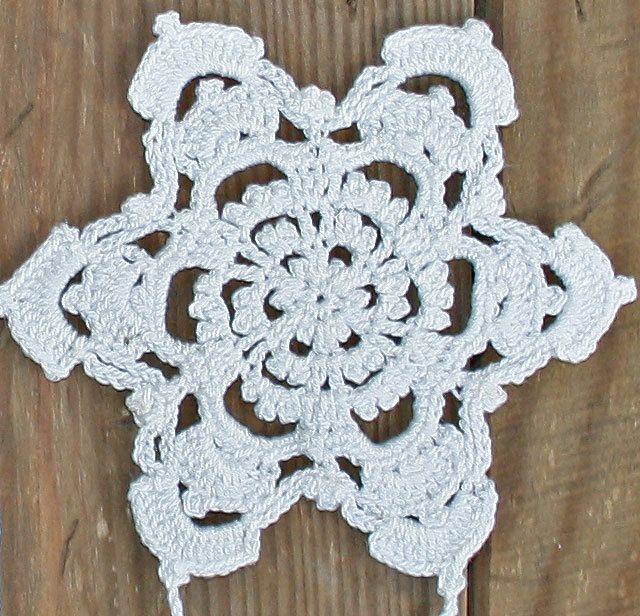 Questa ghirlanda è una perfetta decorazione natalizia da appendere sopra una finestra o come appeso a parete. Mano a maglia del filo di cotone 100%. Ci sono 5 motivi, ognuno misura circa 9 cm o 3,5 pollici di diametro. Ghirlanda di circa 125 cm o 49,2 pollice di lunghezza. Colore: bianco