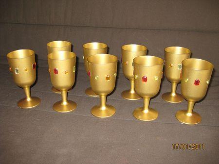 Calices de chevaliers : verres à pied peints en doré (à la bombe) et décorés de strass