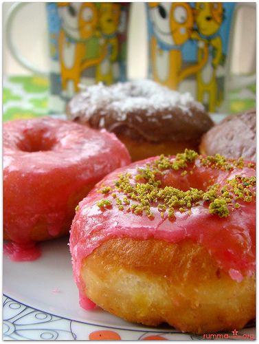 Donut tarifi çocuk , büyük herkesin seveceği ,basit ve güzel bir tarif…… Malzemeler: 2 yumurta 1 paket kuru maya veya yaş maya 1 çay bardağı süt 1 çay bardağı ılık su 3 dolu çorba kaşığı şeker 2 yemek kaşığı sıvıyağ 3 ,5 su bardağı un (yaklaşık olarak) Üzerinin kırmızı glazürü için: 1 çay bardağı pudra …