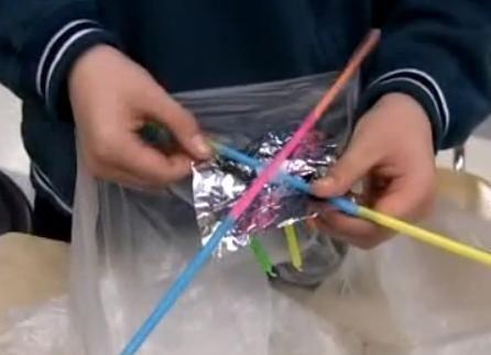 Comment faire une lanterne volante en papier. Les lanternes en papier flottent dans le ciel quand elles sont chauffées par une flamme, de la même manière qu'un ballon d'air chaud. Fabriquées en Chine il y a plus de 2 000 ans, ces lampes volantes ...