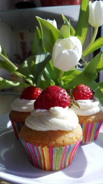 Cupcakes cu iaurt de capsune si crema de branza/ Cupcakes with strawberry yogurt and cream cheese frosting