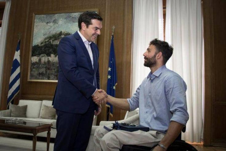 Μια ιδιαίτερη συνάντηση, με τον παραολυμπιονίκη στην κολύμβηση Αντώνη Τσαπατάκη, είχε ο Αλέξης Τσίπρα&sig...