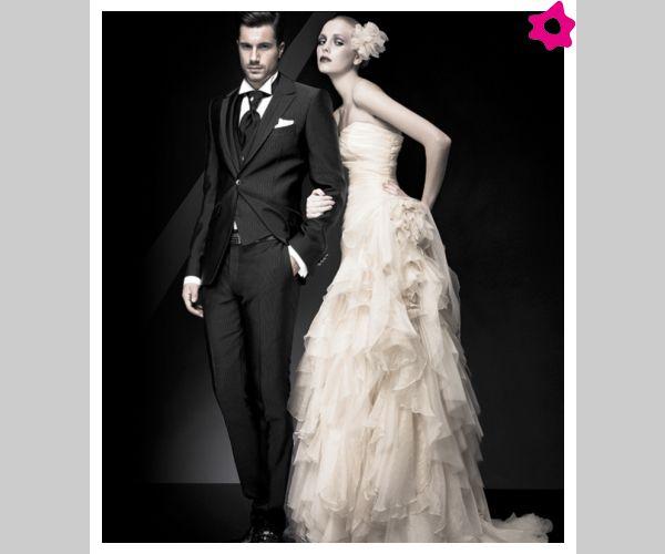 Czarny garnitur z kamizelką, czarny plastron/musznik i biała poszetka, idealny zestaw.
