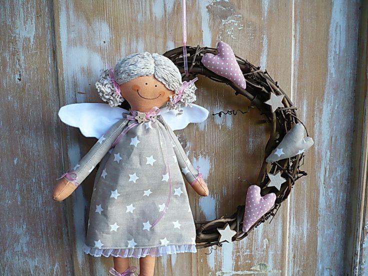 Věneček s andělíčkem v šedé Věneček má průměr 25cm.Je vhodný jako dekorace do domu i na ven. Barevnost můžu upravit dle vašeho přání,neváhejte mi napsat.