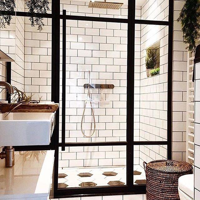 Härlig badrumsinspiration hittad hos @asafoton  #badrum #dusch #handfat #tvättfat #kakel #klinker #duschvägg #korg #badrumsförvaring #badrumsinspo #bathroom #badrumsinspiration #badrumsrenovering #badrumsinredning #badrumsbelysning #asafoton