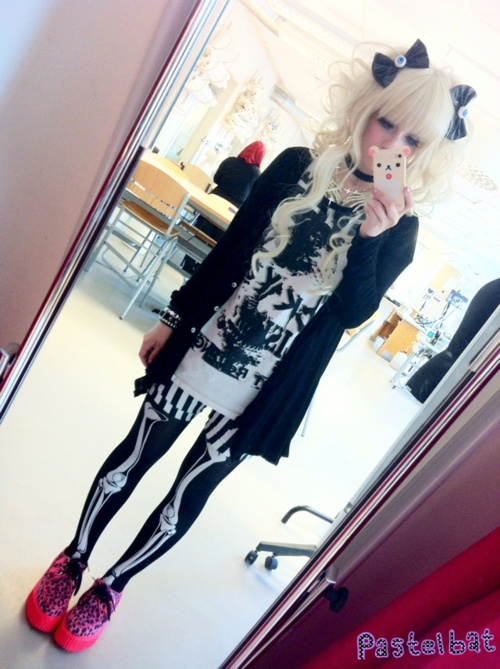 i have been looking for a skeleton bones leggings and long sleeved shirt combo                                                                                                                                                     Mais