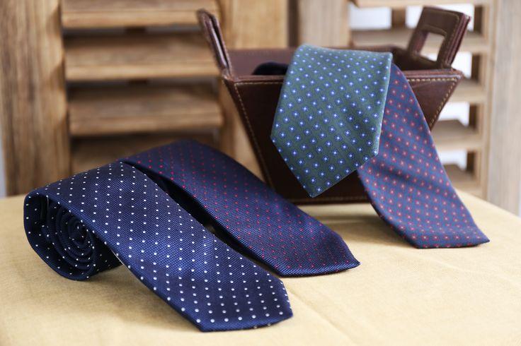 Corbatas seda con puntos o flores #puntos #blanco #rojo #flores #perfecta #corbata #hombre #moda #looks