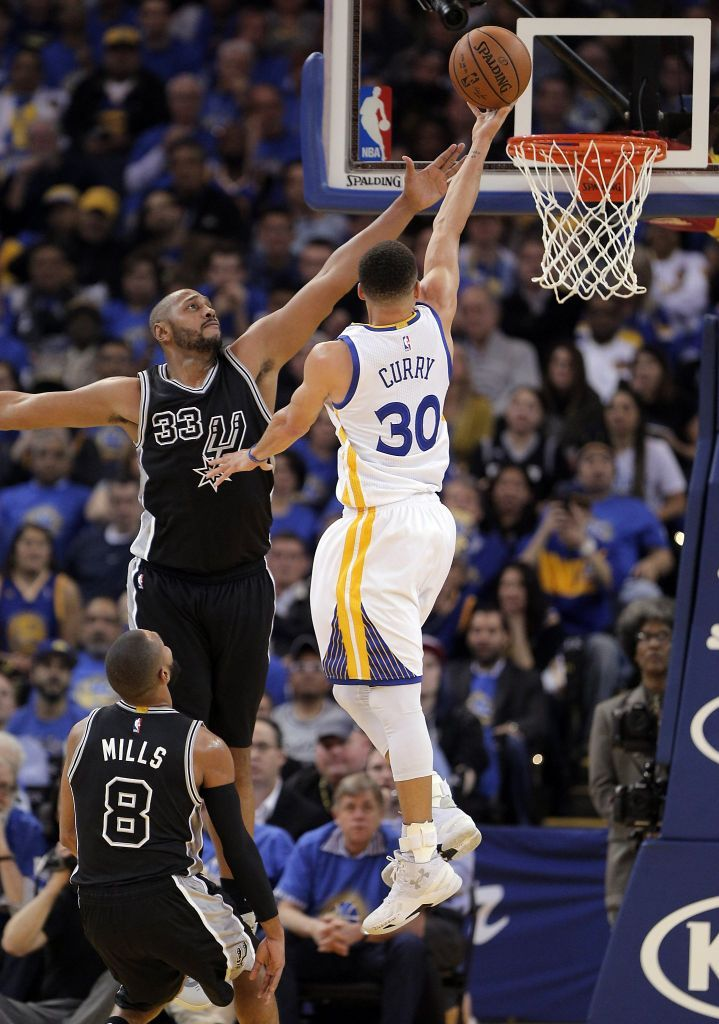 Stephen Curry (30) hits a shot over Boris Diaw (33) during the first half of the Golden State Warriors game against the San Antonio Spurs at Oracle Arena in Oakland, Calif., on Monday, January 25, 2016. Photo: Carlos Avila Gonzalez, The Chronicle