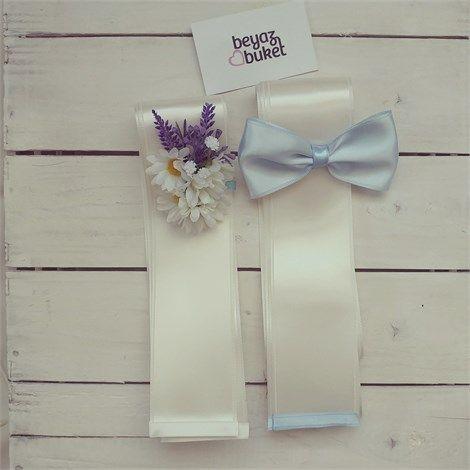 Papatyalı Takı Kurdelesi Takı töreninize de çiçekler eşlik etsin. Saten kurdele üzerine yapay çiçeklerle tasarlanmıştır. *Gelin ve damat takı kurdelesi birlikte satılmaktadır.