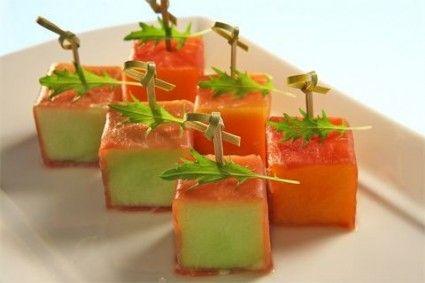 Meloen met ham, maar dan anders. Kan ook met komkommer en gerookte zalm o.i.d.