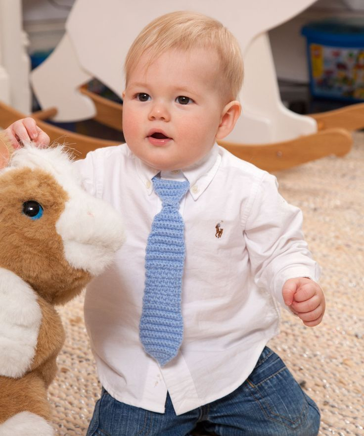 Du häkelst nicht lange an dieser Krawatte für deinen kleinen Burschen. Er wird ganz süß aussehen beim nächsten Vater-und-Sohn-Foto.