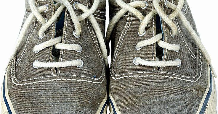 Como tirar sujeira de tênis de lona. A lona é um material resistente muitas vezes usado na fabricação de tênis ou sapatênis, mas acumula sujeira e se desgasta conforme os sapatos são usados, fazendo necessário remover a sujeira do material sem prejudicar os próprios sapatos. Como a lona é um tipo de tecido, o processo de limpeza é semelhante ao de qualquer outra peça de vestuário ...