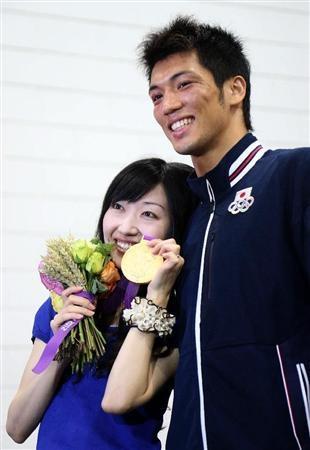 ボクシング男子ミドル級で優勝し、妻・佳子さんに金メダルを渡す村田諒太