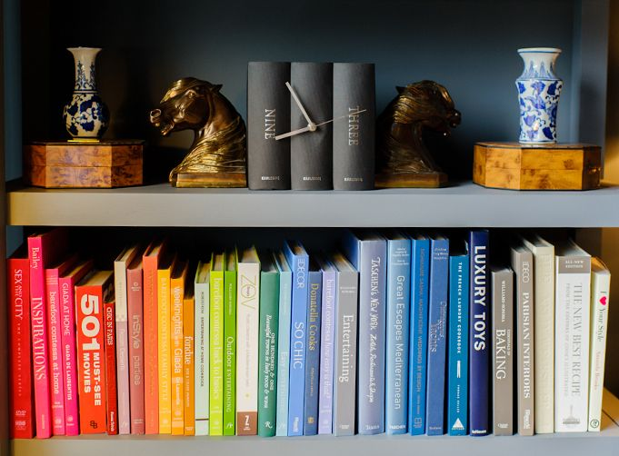 Oh, how we love color coded books! See inside Melanie Duncan's home on Rue Daily!: Rainbows Books, Bookshelf Organizations, Organizations Bookshelves, Colors Cod Books, Melanie Duncan, Codes Books, Living Rooms Colors, Books Love, Colors Codes