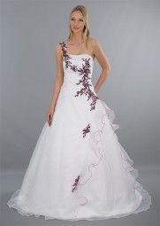 Ausgefallenes weißes Brautkleid in A-Linie ★ mit weißer Schleppe und roten Stickereien ★ In diesem Hochzeitskleid kann sich die Braut an ihrer Hochzeit wie eine Prinzessin fühlen ★ www.schmetterling-brautkleid.de